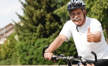 Rentner achtet auf seine Gesundheit beim Rad fahren